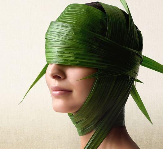 Девушка в маске из водорослей