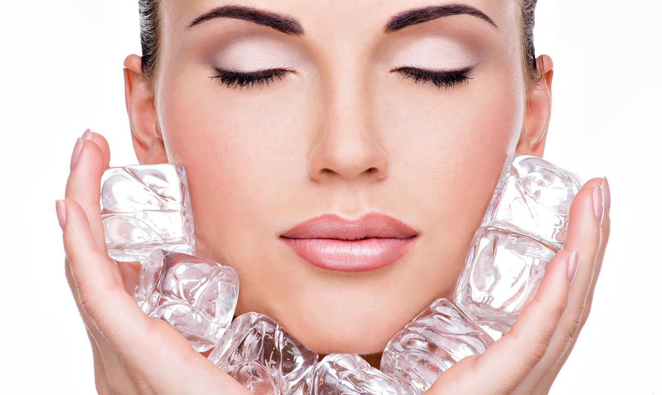 Протирать лицо льдом полезно и можно: рецепты целебных кубиков